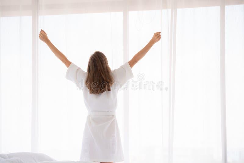 Gravidez, maternidade, povos e conceito da expectativa - próximo acima de cortinas de janela felizes da abertura da mulher gravid imagem de stock