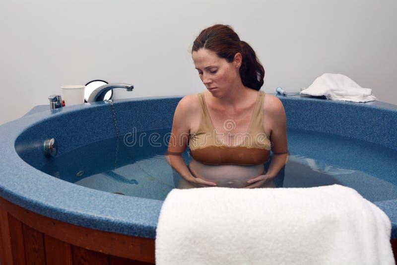 Gravidez - nascimento natural da água da mulher gravida imagem de stock royalty free