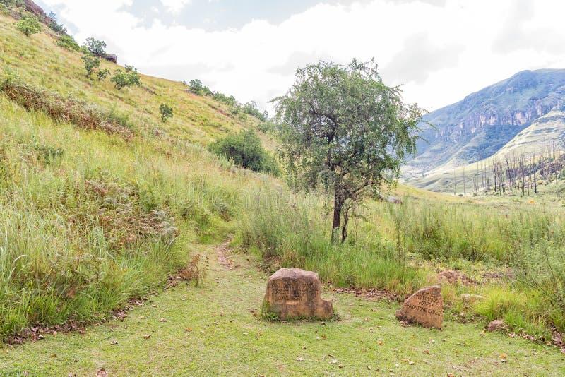 Gravierte Felsenrichtungszeichen beim Anfang von Injisuthi tra wandernd lizenzfreie stockfotografie