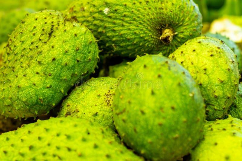 Graviola sur le marché Fruit blanc très doux de pulpe Fruit tropical exotique du Brésil photo libre de droits