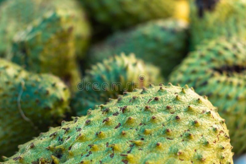 Graviola sur le marché Fruit blanc très doux de pulpe Fruit tropical exotique du Brésil photo stock