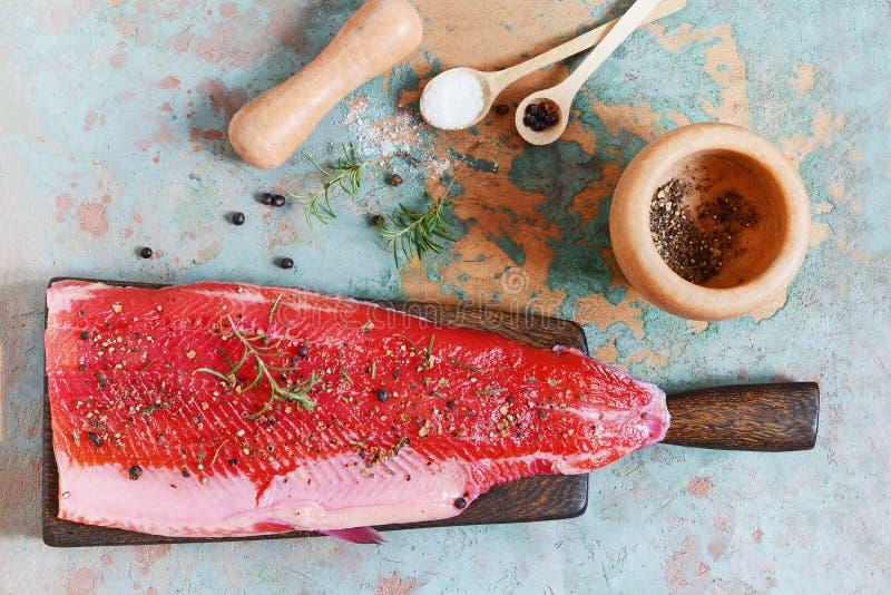Gravlax, skandinavische rote Rübe kurierte gewürzte Lachse auf dem Brett, Draufsicht, saltedfish lizenzfreie stockfotos