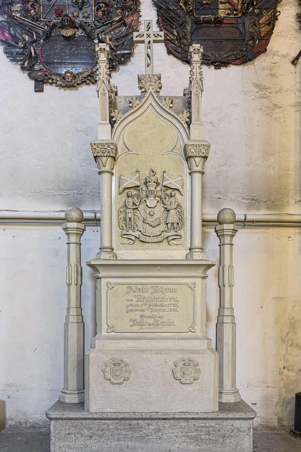 Gravsten av Adam Johann von Krusenstern i den Tallinn domkyrkan, Estland arkivbild
