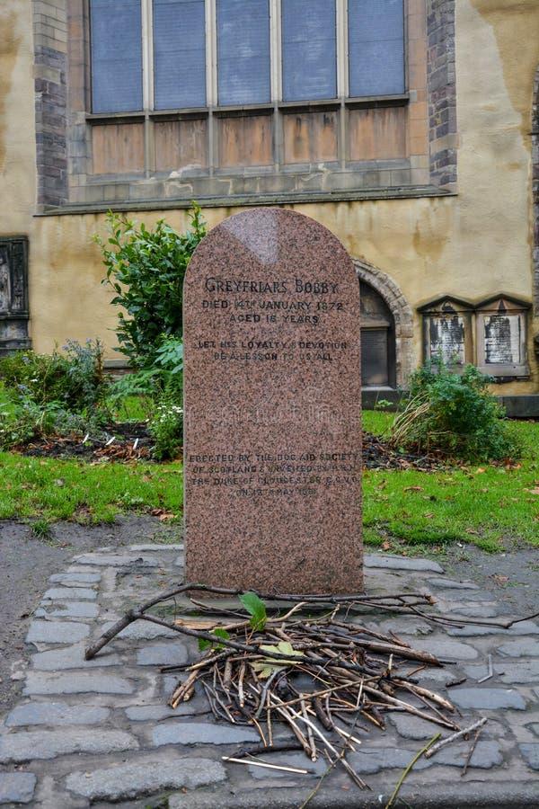 Gravsten av hunden Greyfriars Bobby i Edinburg arkivbilder