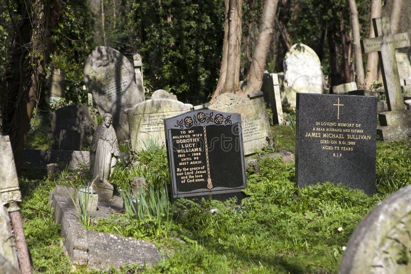 Gravsten i den Hampstead kyrkogården, London arkivbilder