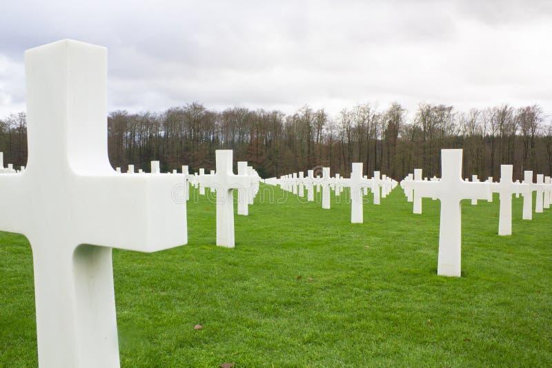 Gravsten i en kyrkogård för krigminnesmärke royaltyfri foto