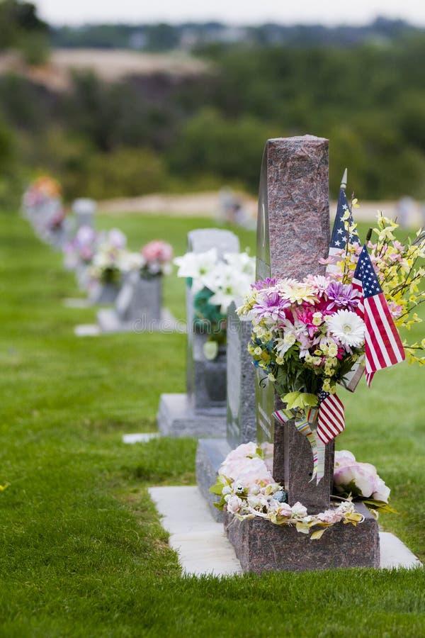 Gravsten med amerikanska flaggan arkivbilder