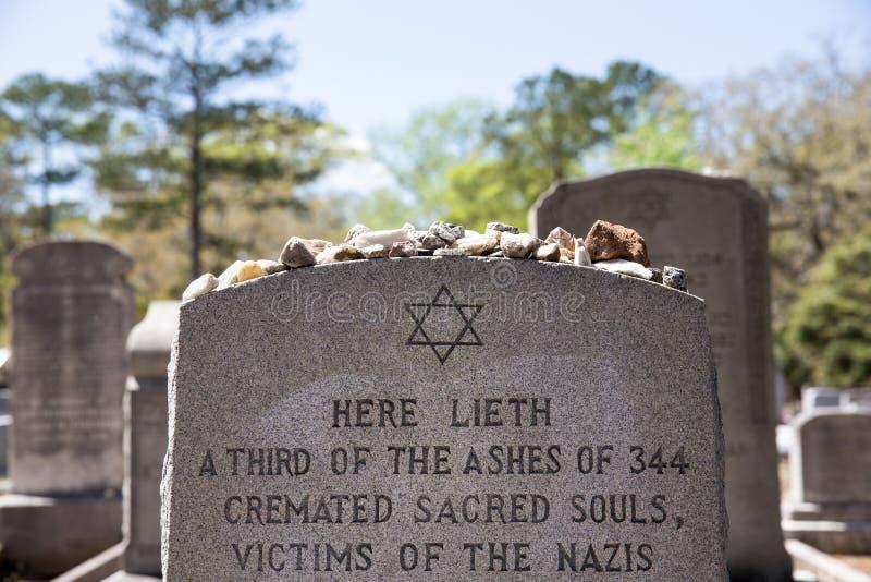 Gravsten med förintelsereferens i Bonaventure Cemetery arkivfoton