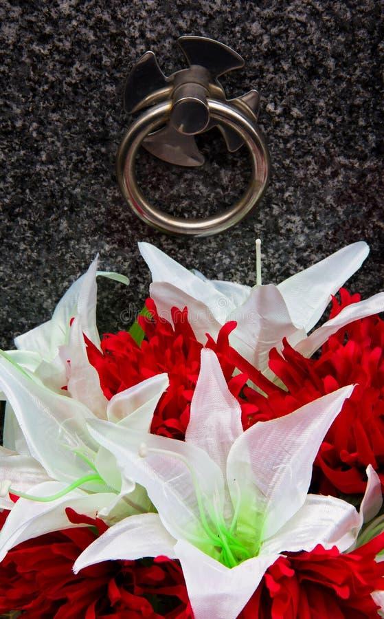 Gravsten och blommor royaltyfri fotografi