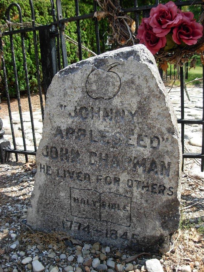 Gravsten på graven av Johnny Appleseed royaltyfri fotografi