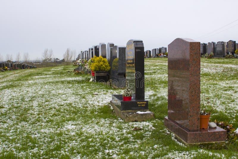 Gravstenar i den lokala kyrkogården i det nordliga Bangor länet ner - Irland på en kall frostig vinterdag arkivbild