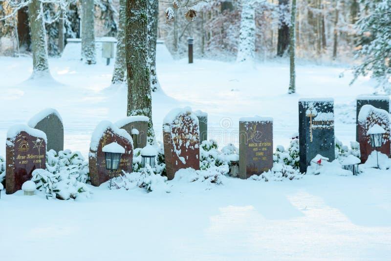 Gravstenar i snö royaltyfria bilder