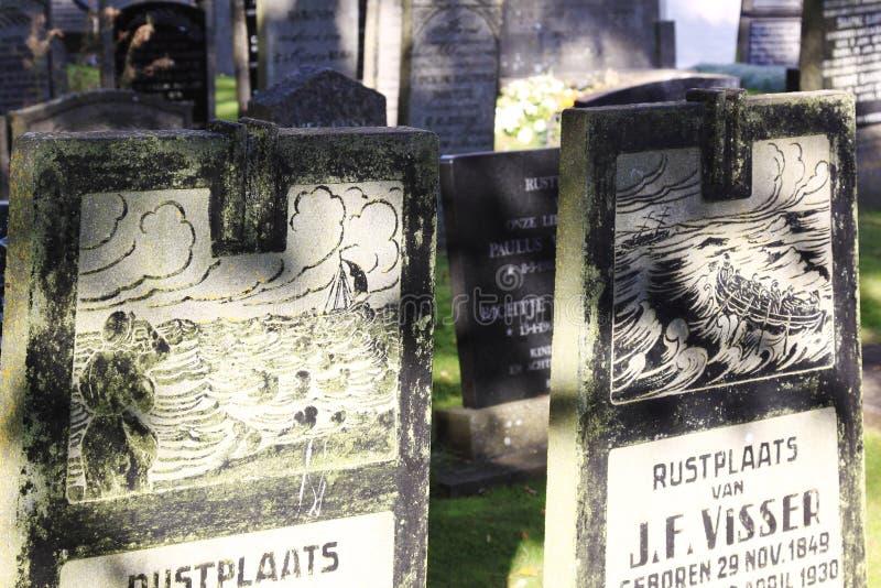 Gravstenar på den Hollum kyrkogården, Ameland, Holland arkivbilder
