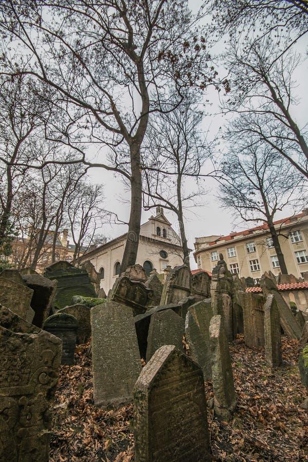Gravstenar på gammal judisk kyrkogård i den judiska fjärdedelen i Prague för republiktown för cesky tjeckisk krumlov medeltida ga arkivfoto