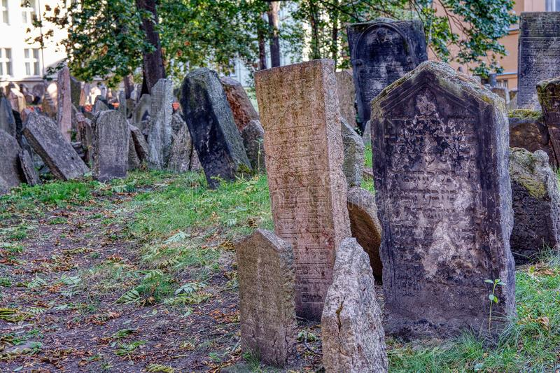 Gravstenar på gammal judisk kyrkogård i den judiska fjärdedelen i Prague royaltyfria bilder