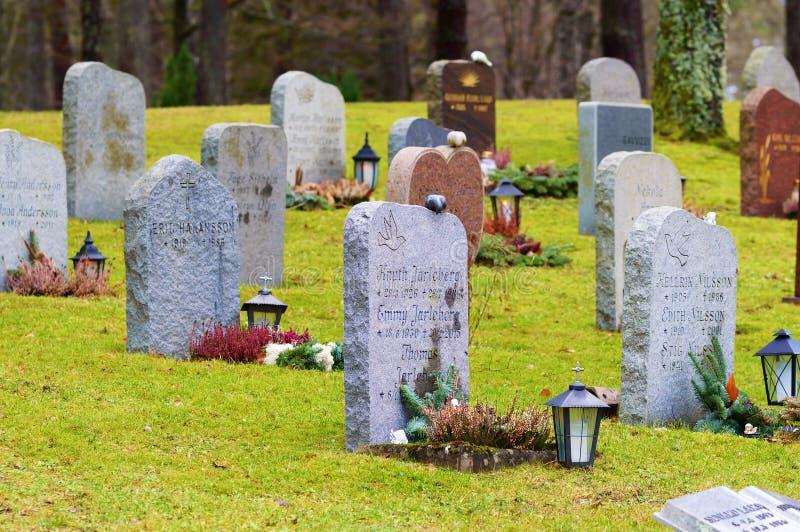 Gravstenar på kyrkogården royaltyfri foto