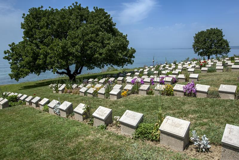 Gravstenar på strandkyrkogården på Gallipoli royaltyfri fotografi