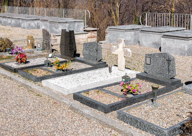 Gravstenarna och gravarna av kyrkogården arkivfoto