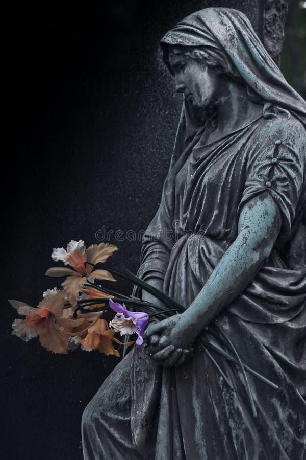 Gravstenen av det 19th århundradetsom sörjer ängel på tysken royaltyfria bilder