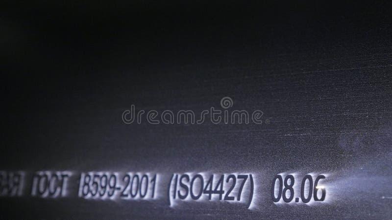 Gravura da máquina da marcação do laser Fabricação de fábrica plástica das tubulações de água Processo de fazer os tubos plástico foto de stock royalty free