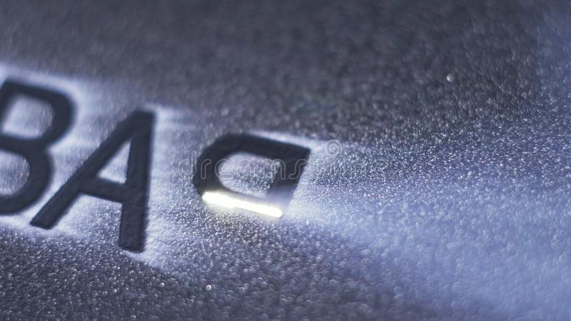 Gravura da máquina da marcação do laser Fabricação de fábrica plástica das tubulações de água Processo de fazer os tubos plástico imagens de stock