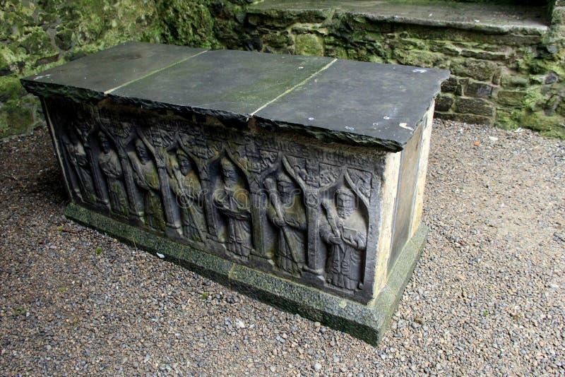 Gravuras intrincadas do sarcófago, rocha de Cashel, Irlanda, em outubro de 2014 fotografia de stock royalty free