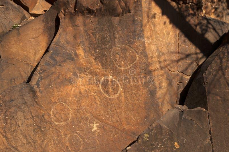 Gravure à l'eau-forte indigènes sur des murs de canyon photos stock