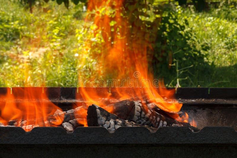 Gravure de billes avec une flamme vive sur le grill photos stock