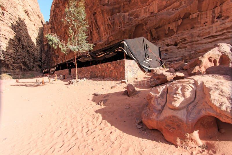 Gravure van Lawrence van Arabië in de Wadi Rum-woestijn, Jordanië stock foto