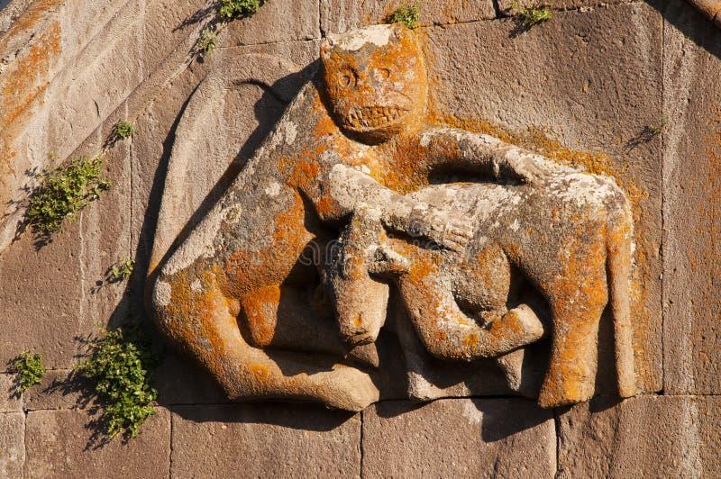 Gravure van leeuw die een stier aanvalt stock fotografie