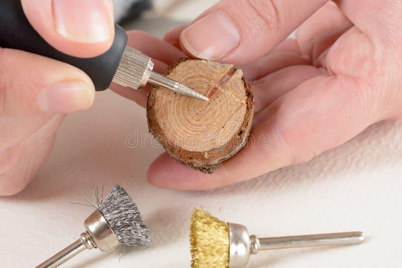 Gravureplak van hout met roterend multihulpmiddel royalty-vrije stock afbeelding