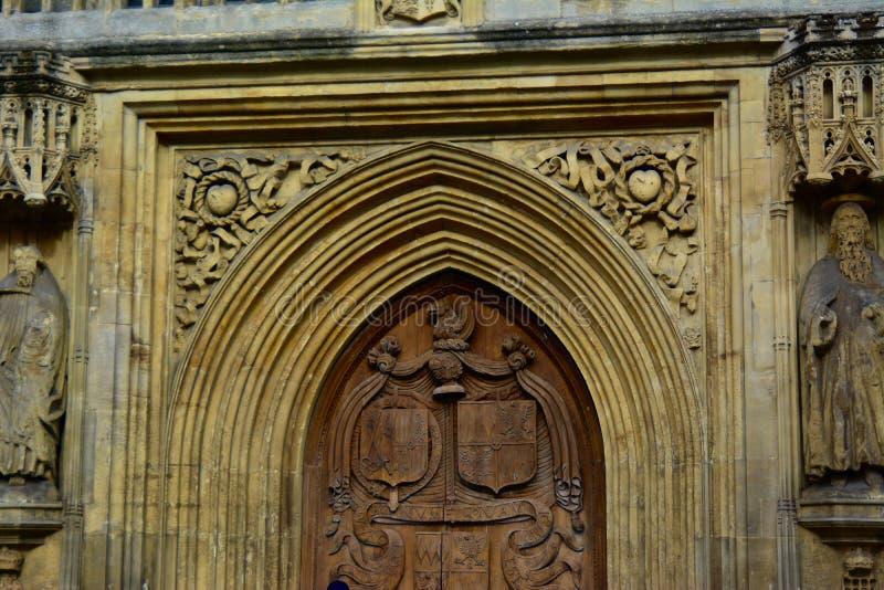 Gravures op Hout en Steen van Deuropening op Kathedraal stock fotografie