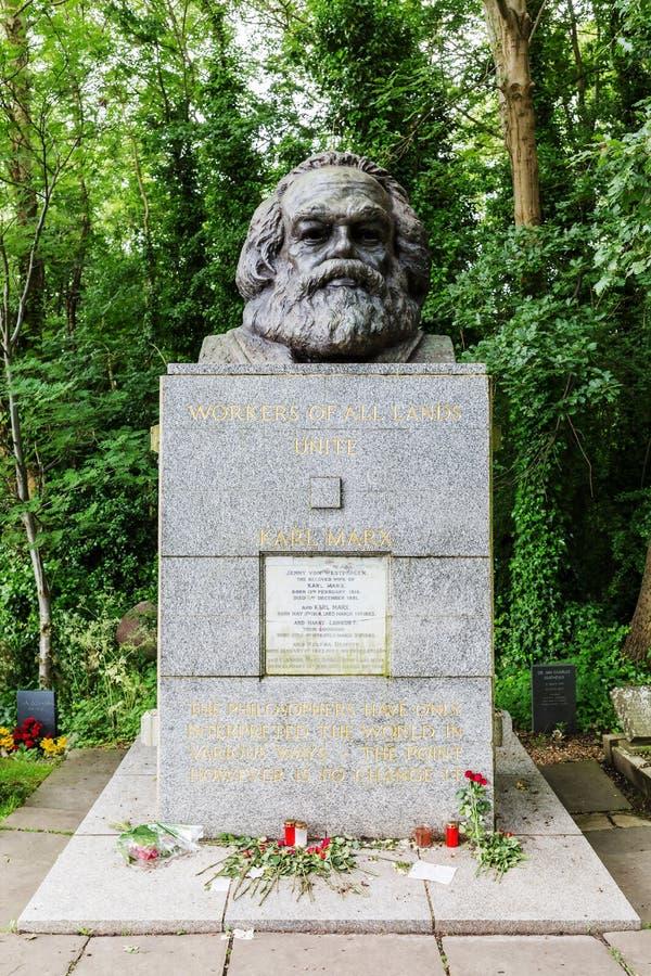Gravvalv av Karl Marx på den Highgate kyrkogården i London royaltyfria foton