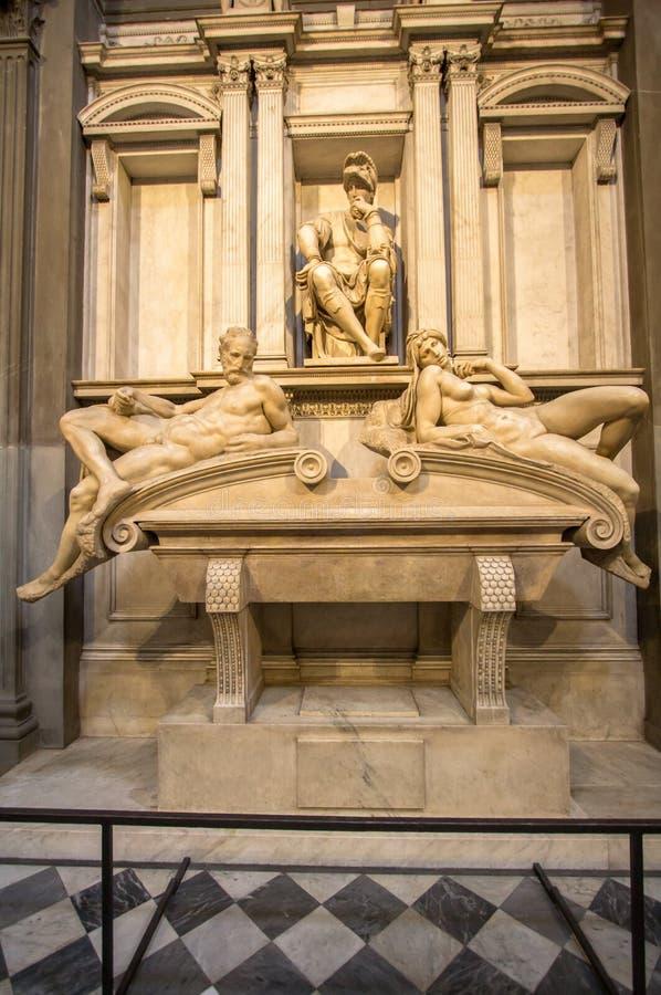 Gravvalv av Lorenzo II de Medici och nedanför att ligga på sarkofaget arkivbilder