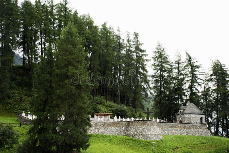 Gravvalv eller gravar på vecchiaen för Campaniledi curon venosta eller det doppade tornet av reschenseekyrkan djupt i Resias sjön arkivbild