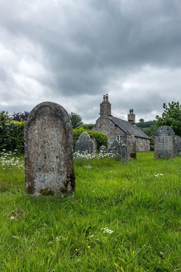 Gravvalv i en kyrkogård i en traditionell by i Dartmoor, Devon, England royaltyfri foto