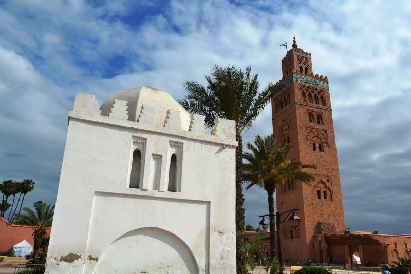 Gravvalv och minaret royaltyfria bilder
