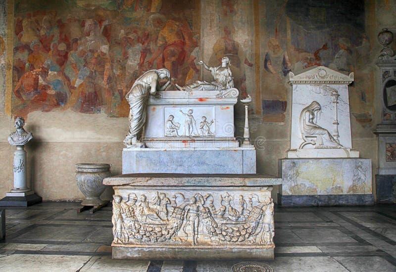 Gravvalvet skulpterar på marmorgravvalvet i den medeltida Camposanto kyrkogården, arkivbilder