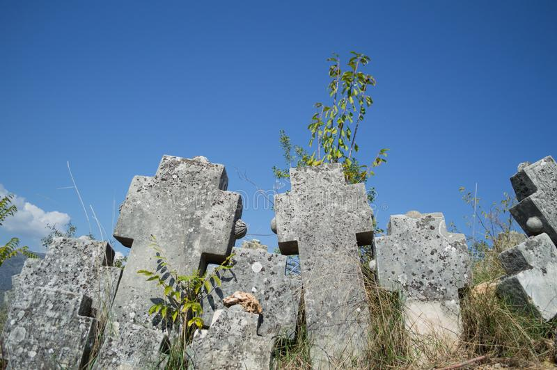 Gravvalvstenar på en Christian Cemetery i Mostar, Bosnien & Hercegovina arkivbild