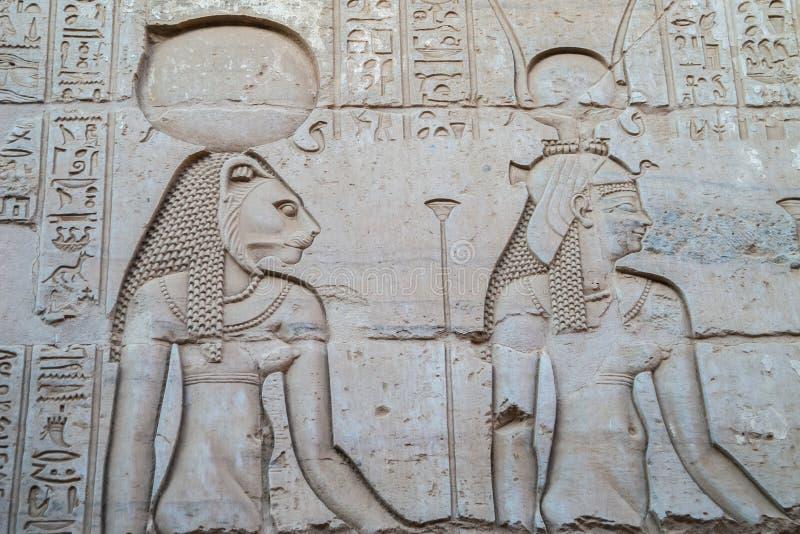 Gravyr av Sekhmet och Hathor royaltyfria bilder