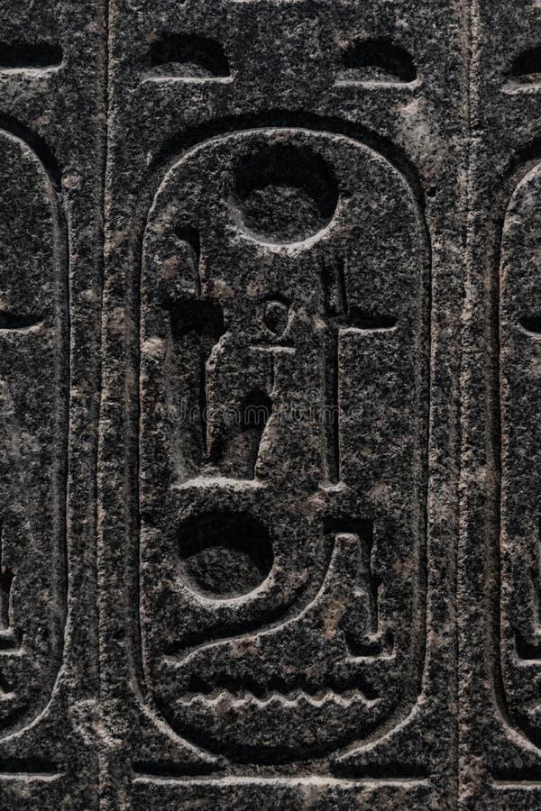 Gravyrer som är allusive till egyptisk mytologi som göras i sten royaltyfria bilder