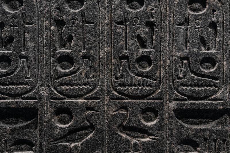 Gravyrer som ?r allusive till egyptisk mytologi som g?ras i sten royaltyfri foto