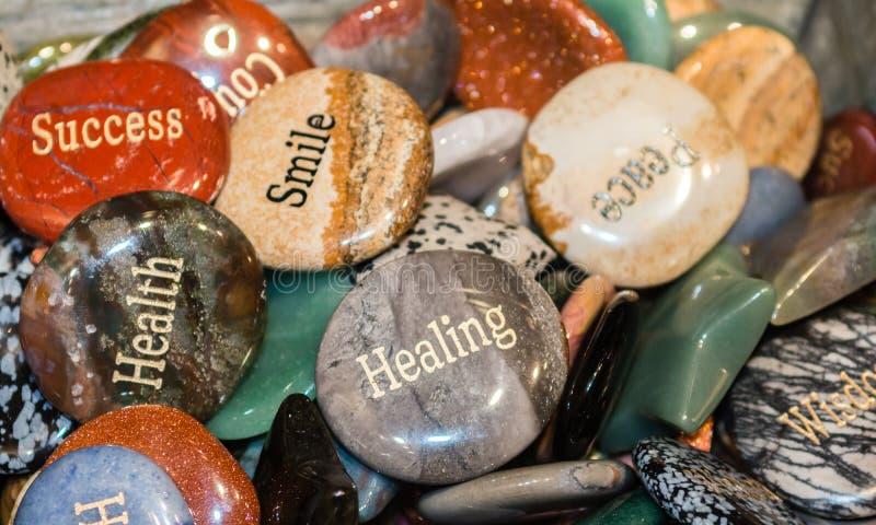 Grawerować skały które pokazują słowa mądrość i ośmielenie fotografia stock