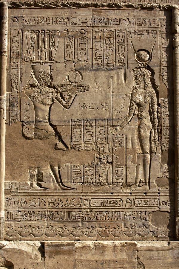 Grawerujący hieroglify przy świątynią Horus przy Edfu w Egipt i ulgi obrazy stock
