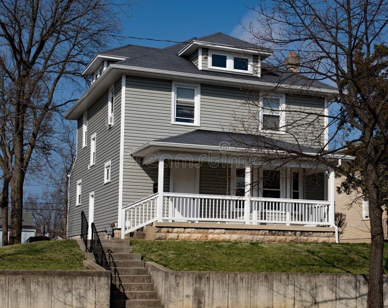 Gray American Foursquare House på kullen royaltyfri bild