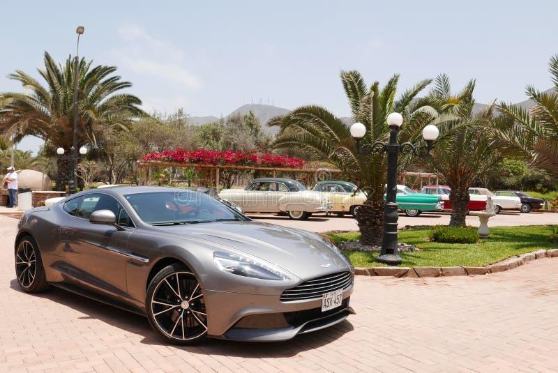 Gray Aston Martin Vanquish-coupé bij zuiden van Lima royalty-vrije stock foto's