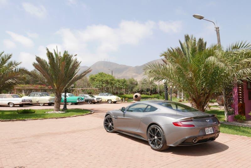 Gray Aston Martin Vanquish-coupé in Lima wordt getoond dat stock afbeeldingen