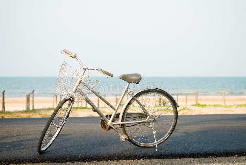 Gray Bicycle parkeerde dichtbij strand royalty-vrije stock afbeeldingen