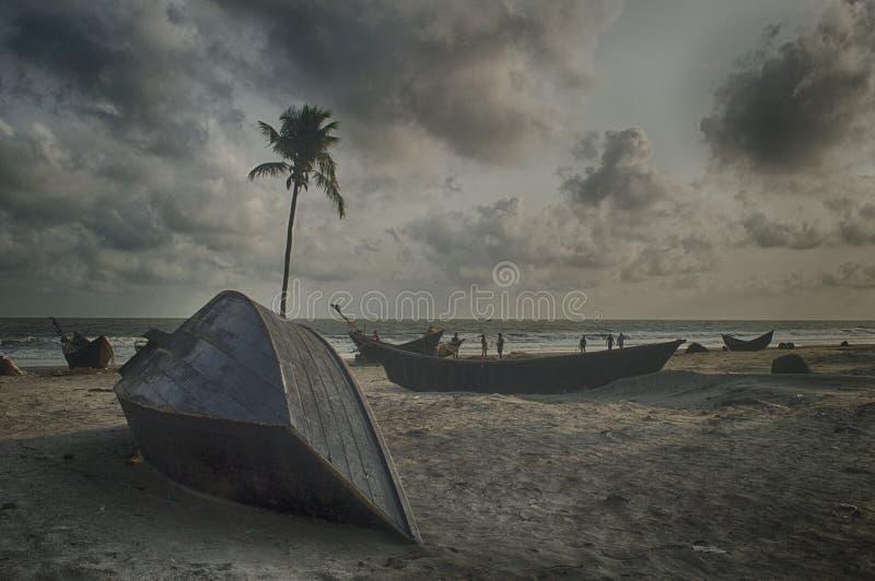 Gray Boat On Gray Sand Beach Under Gray Cloudy Sky Free Public Domain Cc0 Image
