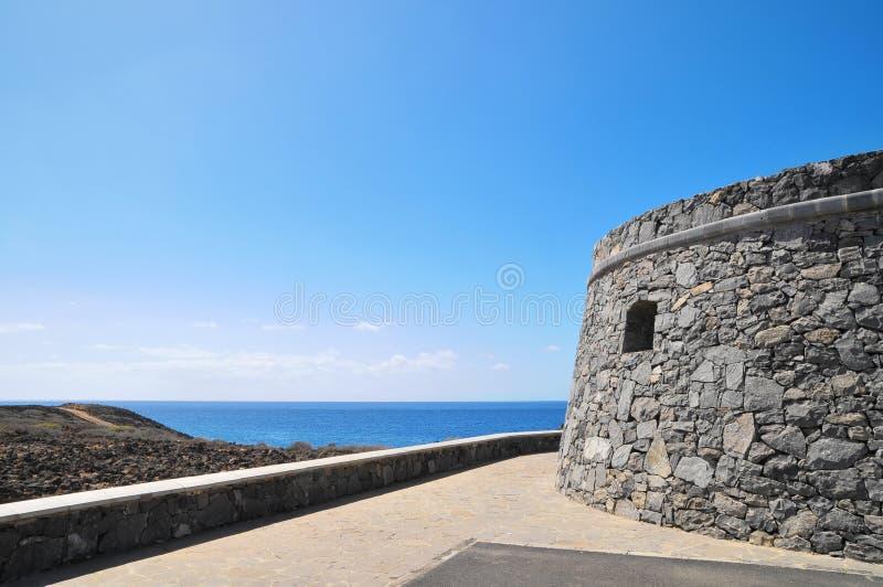 Gray Bunker em um céu azul fotografia de stock